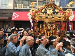God Moves Left (Schreinfest in Asakusa)