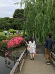 Blumen und Leute im Park